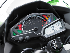 2017-Kawasaki-Ninja-300-KRT-Edition-instrumentation-studio.jpg
